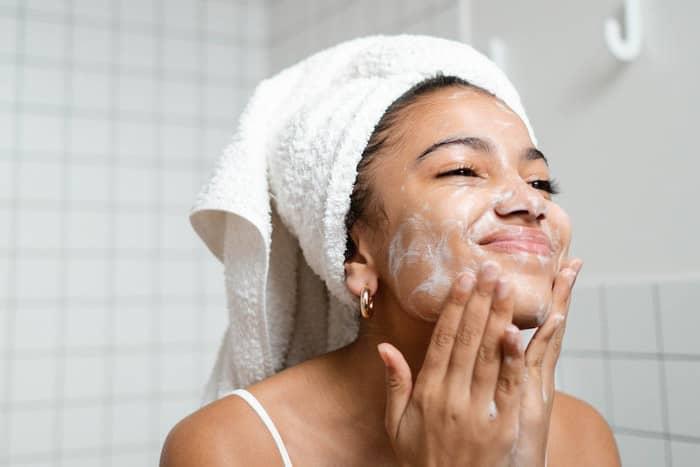tidak menjaga kebersihan wajah jadi salah satu penyebab flek hitam di wajah