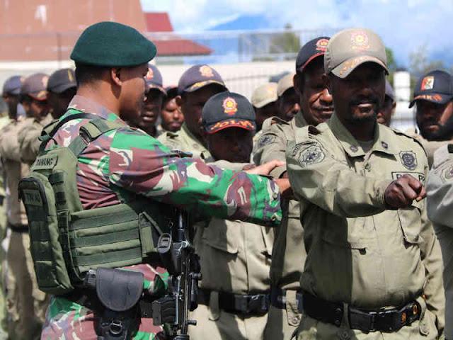 Satgas Pamrahwan Yonmek Raider 412 BES Kostrad Bina Anggota Satpol PP Puncak Jaya