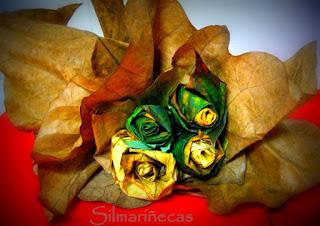 Rosas hechas con hojas de árboles