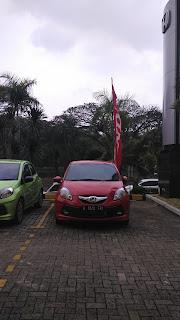 Brio Berwarna Rally Red Di Depan Dealer Mobil Honda Duren Sawit