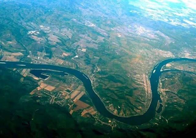 كم عدد الدول التي يمر بها نهر الدانوب ؟  نهر الدانوب هو اطول نهر في الإتحاد الأوروبي ويعتبر ثاني أطول نهر في أوروبا بعد نهر الفولجا فيبلغ طوله من المنبع للمصب 2857 كم من عام 1991 ، ينبع نهر الدانوب من الغابة السوداء في ألمانيا ويمر بعدة عواصم اوروبية قبل أن يصب في البحر الأسود عن طريق دلتا الدانوب الموجودة بين رومانيا وأوكرانيا.  ويمر نهر الدانوب بعشر دول أوروبية وهي : المانيا ، و النمسا ، وسلوفاكيا ، و اوكرانيا ، و رومانيا ، و بولجاريا ، و مولدافا ، و كروتيا ، و المجر ، و ضربيا .  و تعتبر فيينا ، و بوداست ، و براتيسلافا ، و بيلجراد من أشهر الدول الأوروبية التي تطل على نهر الدانوب . ويلقب نهر الدانوب بنهر العواصم لكونه يمر في فيينا وبراستيلافا و بودابست و بلغراد ، ويتكون نهر الدانوب من التقاء نهرين بريج و بريجش واللذان ينبعان من الغابة السوداء ويلتقيان على بعد عدة أميال عند مدينة دوناشينغن الألمانية . ويواصل النهر جريانه لمسافة 2860 كم حيث يصب في البحر الأسود مكونا دلتا تشترك فيها ثلاث دول هي رومانيا ، و مولدافيا ، و وأوكرانيا وعند ميناء سولينا في رومانيا يصب أهم فرع من فروع دلتا الدانوب والمعروف بفرع سولينا . اهم اسماء نهر الدانوب في الدول التي يمر بها : بالالمانية : Donau بالهنغارية : Duna بالرومانية : Dunăre 😎#كل_ما_يخص_الجغرافيا.