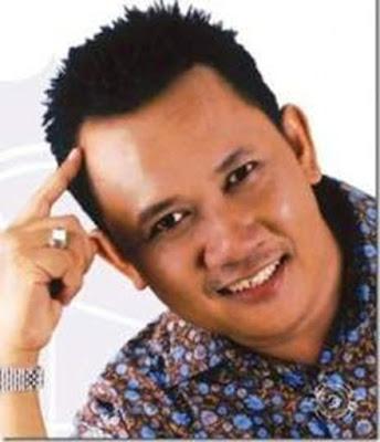 """Biografi Purdi E Chandra     Purdi E Chandra lahir di Lampung 9 September 1959. Secara """"tak resmi"""" Purdi sudah mulai berbisnis sejak ia masih duduk di bangku SMP di Lampung, yakni ketika dirinya beternak ayam dan bebek, dan kemudian menjual telurnya di pasar. Bisnis """"resminya"""" sendiri dimulai pada 10 Maret 1982, yakni ketika ia bersama teman-temannya mendirikan Lembaga Bimbingan Test Primagama (kemudian menjadi bimbingan belajar). Waktu mendirikan bisnisnya tersebut Purdi masih tercatat sebagai mahasiswa di 4 fakultas dari 2 Perguruan Tinggi Negeri di Yogyakarta. Namun karena  merasa """"tidak mendapat apa-apa"""" ia nekad meninggalkan dunia pendidikan untuk menggeluti dunia bisnis.  Dengan """"jatuh bangun"""" Purdi menjalankan Primagama. Dari semula hanya 1 outlet dengan hanya 2 murid, Primagama sedikit demi sedikit berkembang. Kini murid Primagama sudah menjadi lebih dari 100 ribu orang per-tahun, dengan ratusan outlet di ratusan kota di Indonesia. Karena perkembangan itu Primagama ahirnya dikukuhkan sebagai Bimbingan Belajar Terbesar di Indonesia oleh MURI (Museum Rekor Indonesia). Mengenai bisnisnya, Purdi mengaku banyak belajar dari ibunya. Sementara untuk masalah kepemimpinan dan organisasi, sang ayahlah yang lebih banyak memberi bimbingan dan arahan. Bekal dari kedua orang tua Purdi tersebut semakin lengkap dengan dukungan penuh sang"""