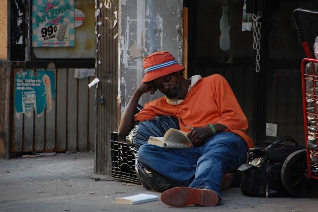 Indigente leyendo