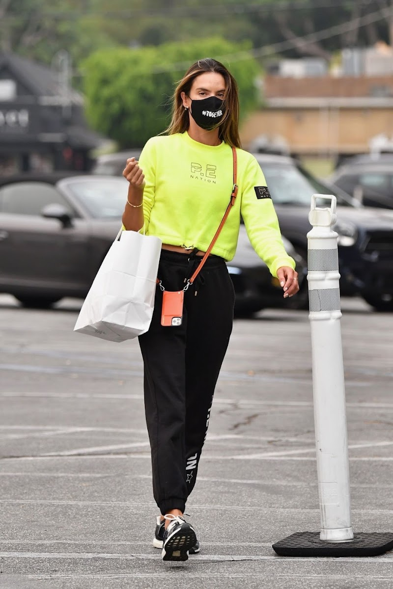 Alessandra Ambrosio  Shops at Brentwood Country Mart 12 Sep -2020