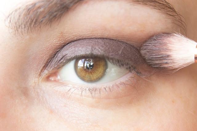 Макияж глаз с зелёным акцентом: шаг 2