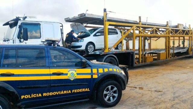 Andaraí: Caminhão cegonha com veículo roubado é flagrado pela PRF