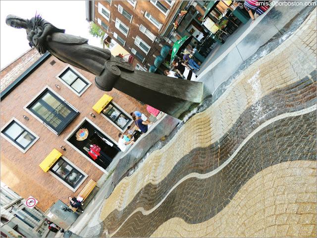 Fuente La Vivrière en la Plaza de la FAO en el Old Port de Quebec