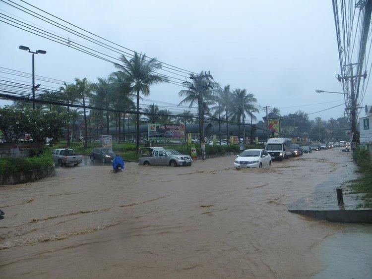 Машины едут по затопленной дороге
