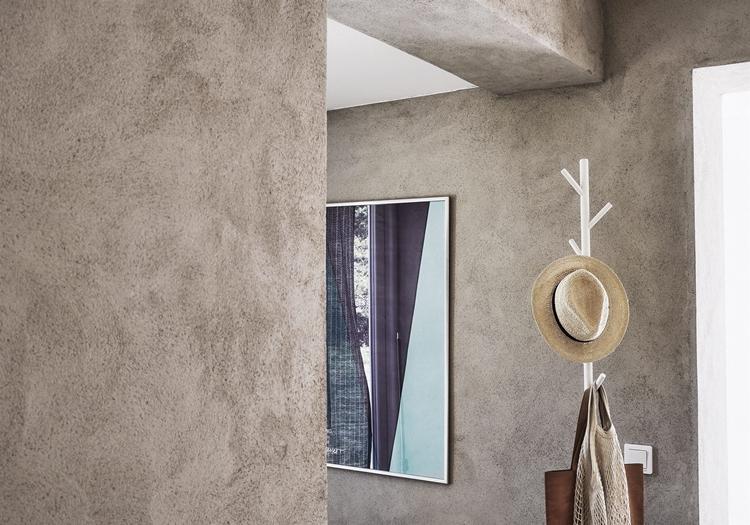 zona-decorar-pasillo-estrecho-perchero-madera-espejo-bolso-pared-gris-cemento-estilo-nordico-decoracion-nordica-escandinavo
