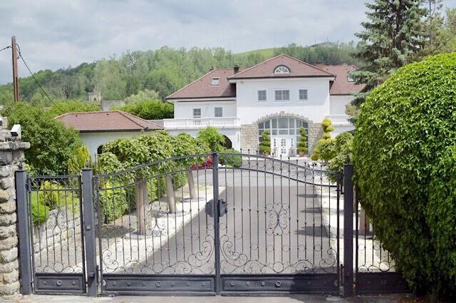 """L'entrée principale du camp de gusen devenue villa"""