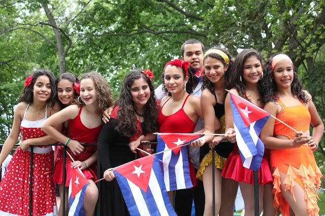 grupos de muchachos y muchachas jóvenes cubanas mostrando la diversidad latina