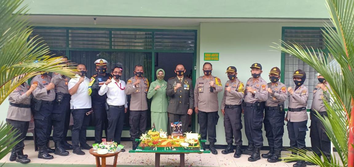 (HUT) TNI Ke-75, Dandim 0410/KBL Kolonel Inf Romas Herlandes mendapakan surprise dari Kapolresta Bandar Lampung