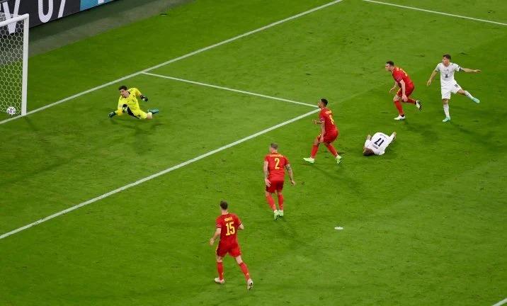 Futbolista Ciro Immobile finge lesión y se levanta
