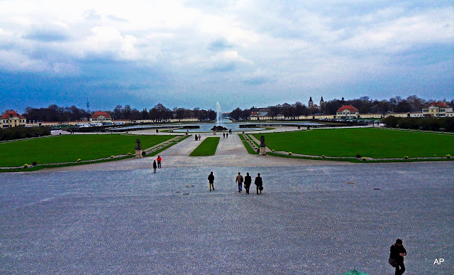 Widok na olbrzymi plac przed  pałacem