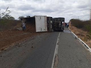 Caminhão carregado de barro tomba na BR-427 em Currais Novos