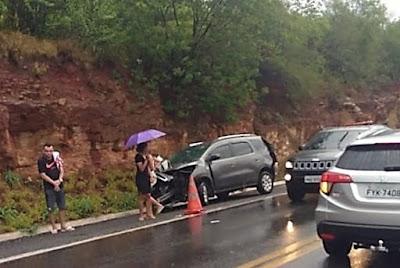 Jequié-BA: Homem bate carro em guard rail, irmão para para sinalizar pista e morre atropelado na BR-116