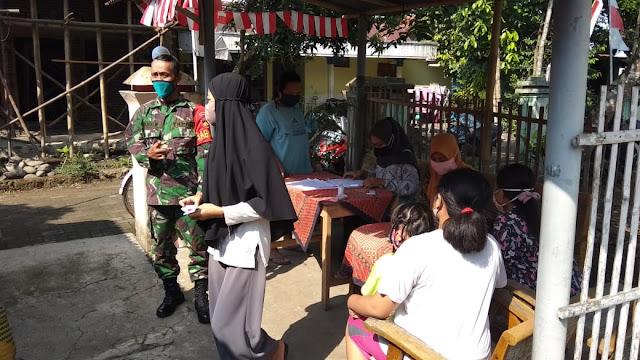 Babinsa  Kemangkon Melaksanakan Pengamanan Pembagian PKH di Desa Karangtengah