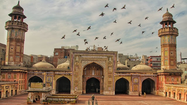 """Masjid """"Wazir Khan"""" in Pakistan ... a tourist destination that has existed since the 17th century"""