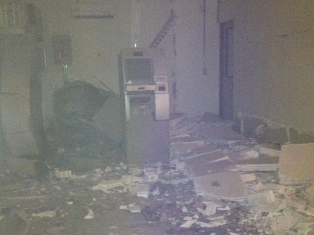 AÇÃO OUSADA: Bandidos explodem agência bancária e usam reféns como escudo em Ipaumirim