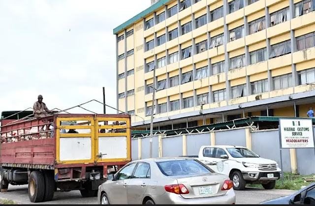 How customs shut doors on Oyo government officials, rejects 1,800 bags of 'expired' rice, [PHOTOS]