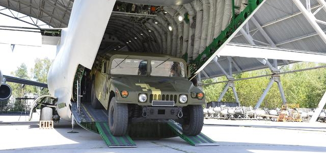 Ан-178 пройшов випробування із завантаження легкої самохідної техніки