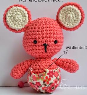 http://esunmundoamigurumi.blogspot.com.es/2014/06/patron-gratis-ratoncita.html