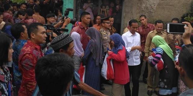 """Antre Satu Jam demi Sembako """"Bantuan Presiden Joko Widodo""""..."""