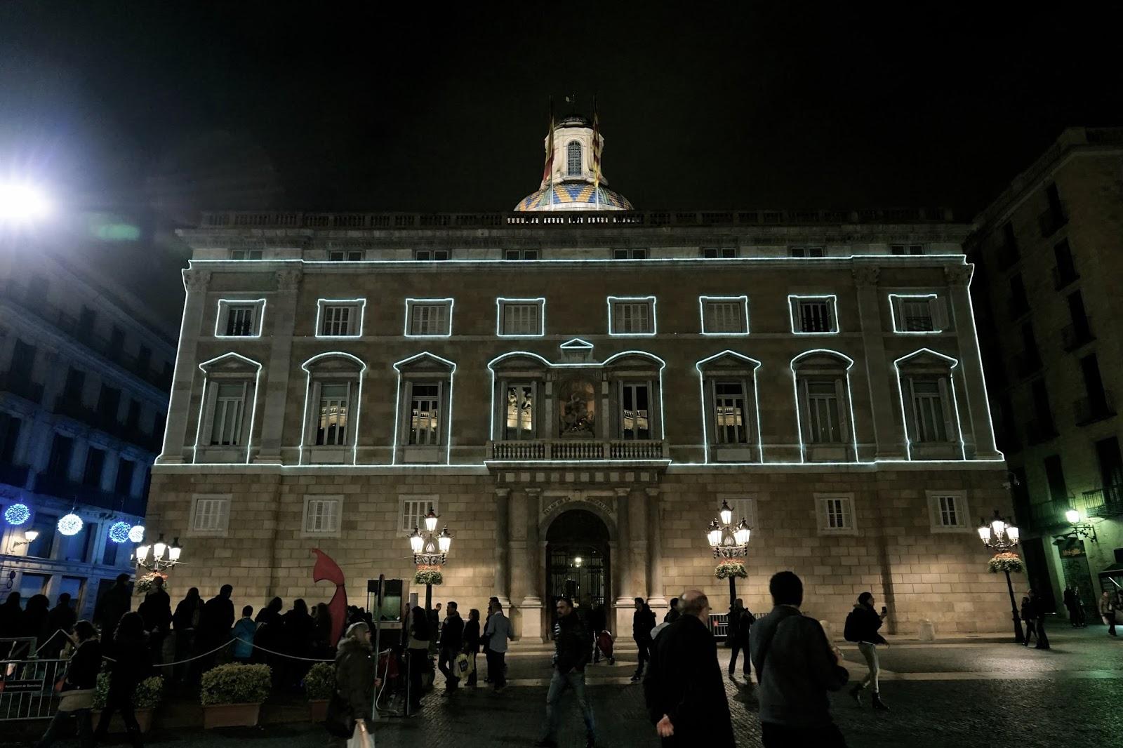 夜のカタルーニャ自治州庁舎