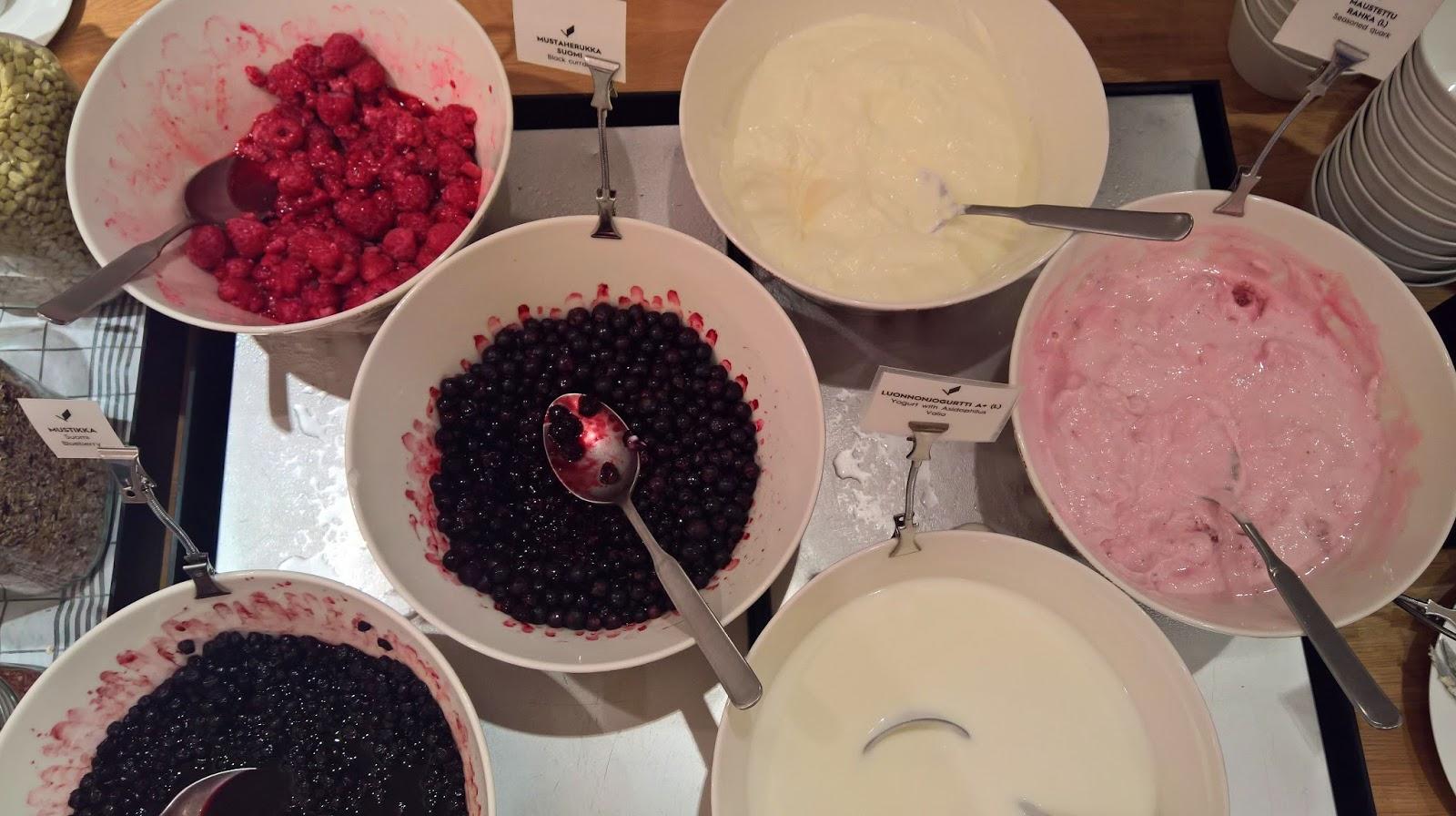 Hotelli Verso suomalainen aamiainen jyväskylä mallaspulla jogurttia ja marjoja