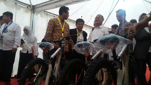 Sepeda Presiden Jokowi Jadi Rebutan Selfie