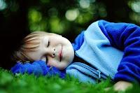 criança meditando