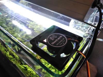 冷却ファン付きアクアリウム用蓋のファンが早速稼働し始め、水温が冷える