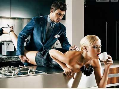 [uomo e donna in una pubblicità sesso in cucina bere il te]