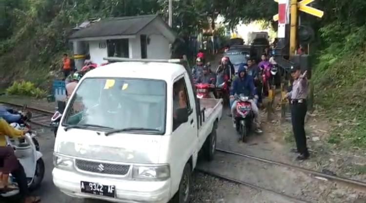 Jaga Kamseltibcarlantas, Jajaran Polsek Walantaka Lakasanakan Gatur Lalin di Perlintasan Kereta Api