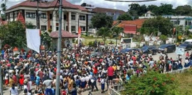 Kerumunan Jokowi di NTT Tanpa Prokes, Iwan Sumule: Rakyat Dihukum, Rakyat Diminta Maklum