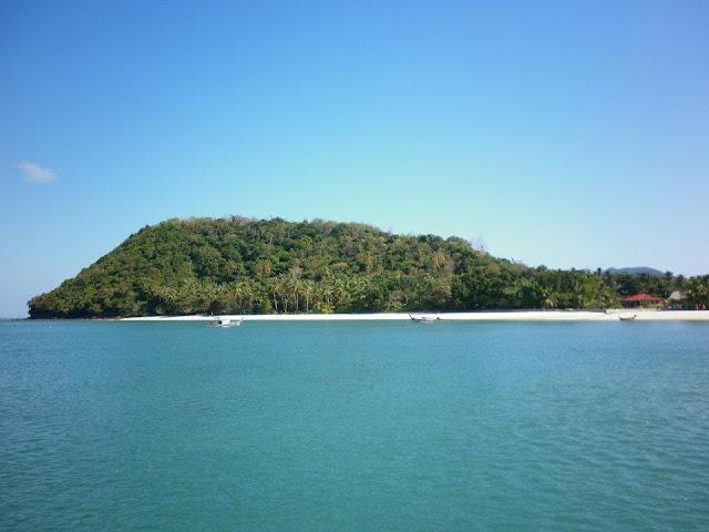 เกาะยาวใหญ่ อยู่ทางด้านทิศใต้ของเกาะยาวน้อย บนเกาะยาวใหญ่ มีที่เที่ยวมากมาย ดังนี้