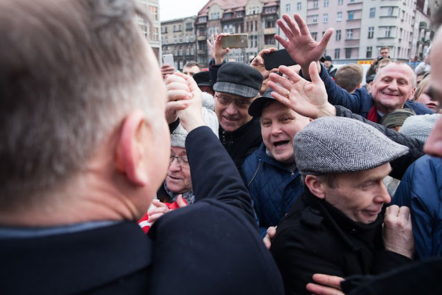 Andrzej Duda wita sie z wiwatującymi tłumami jego zwolenników
