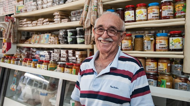 """Chavalense """"Raimundo do Queijo"""" faz sucesso no centro de Fortaleza com seus produtos regionais."""