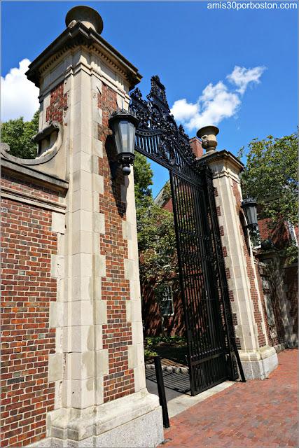 Una de las Puertas de Acceso al Campus Principal de la Universidad de Harvard