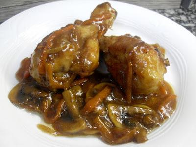 Muslos de pollo con verduras y champiñones en salsa de soja.