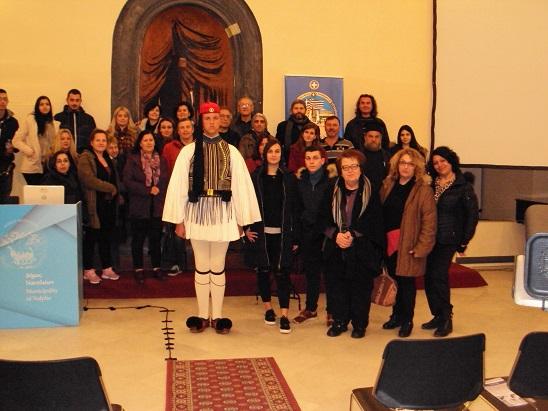 Οι μαθητές του Εσπερινού Λυκείου Ναυπλίου γνώρισαν τη στολή των Ευζώνων