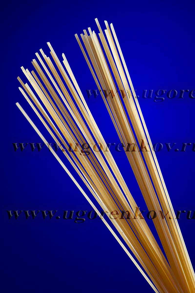 спагетти на синем фоне