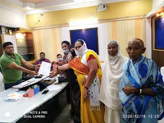 प्रगतिनगर के निवासियों ने पाणी, सफाई व्यवस्था और नाली निर्माण को लेकर नगर निगम आयुक्त को सौपा ज्ञापन