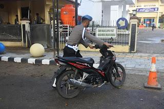 Propam Polres Toraja Utara Razia Kelengkapan Surat Kendaraan Personil