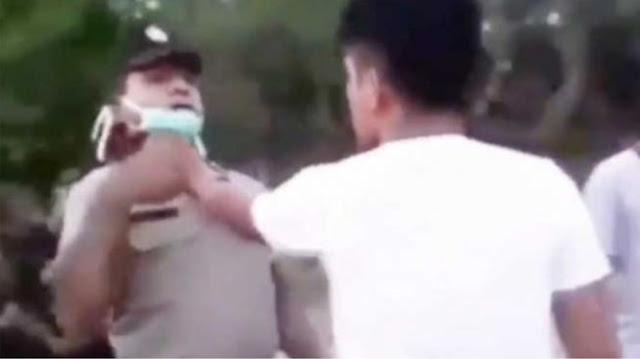Tak Terima Ditegur Petugas, Pemuda Ini Cekik Leher Polisi