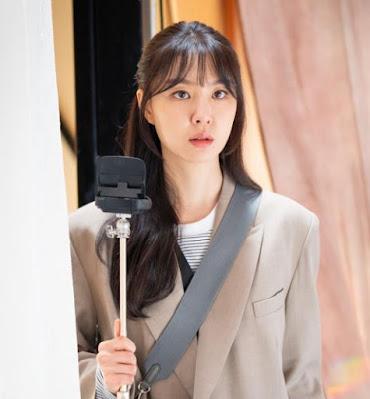 Dinner Mate atau yang memiliki judul lain Would You Like to Have Dinner Together? Sudah menarik perharian saya sejak episode 1. Bukan hanya dari pemainnya Song Seung-heon (Kim Hae-kyung) dan Seo Ji-hye (Woo DO-He). Yang menarik perhatian saya lainnya adalah kamera yang dibawa oleh Woo DO-He. Di episode 1 ketika Woo Do-Hee liburan ke pulau Jeju untuk menemui pacarnya, namun Pacarnya berselingkuh dengan wanita lain. Dan usut punya usut, ternya itu adalah kamera  Canon Vixia Mini X.