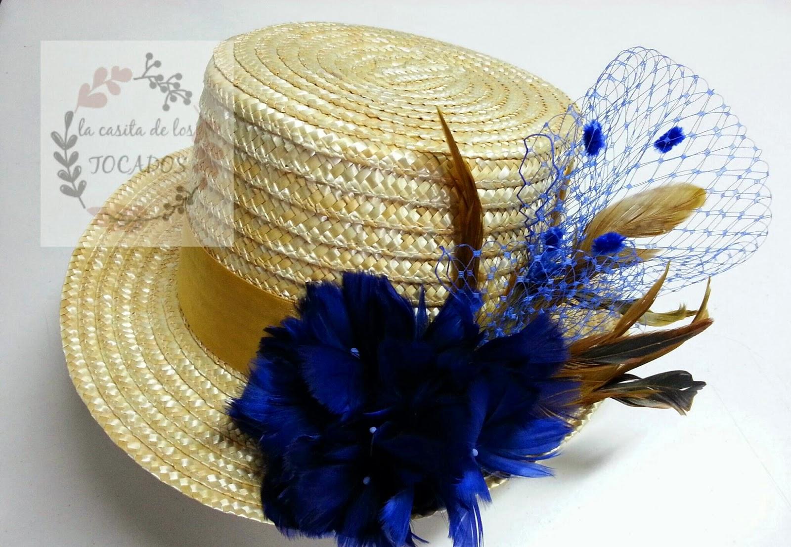 chistera para boda personalizada de mujer en colores azulón y dorado con plumas, cinta y velo con plumeti