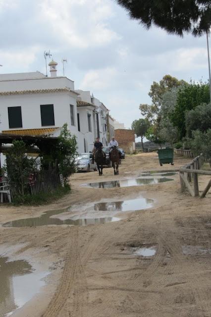 straten van zand in El Rocio, let op de kuilen en plassen