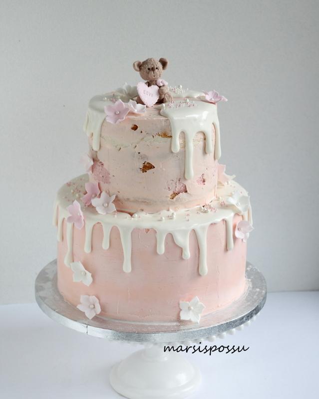 Kreemipintainen kakku ristiäisiin