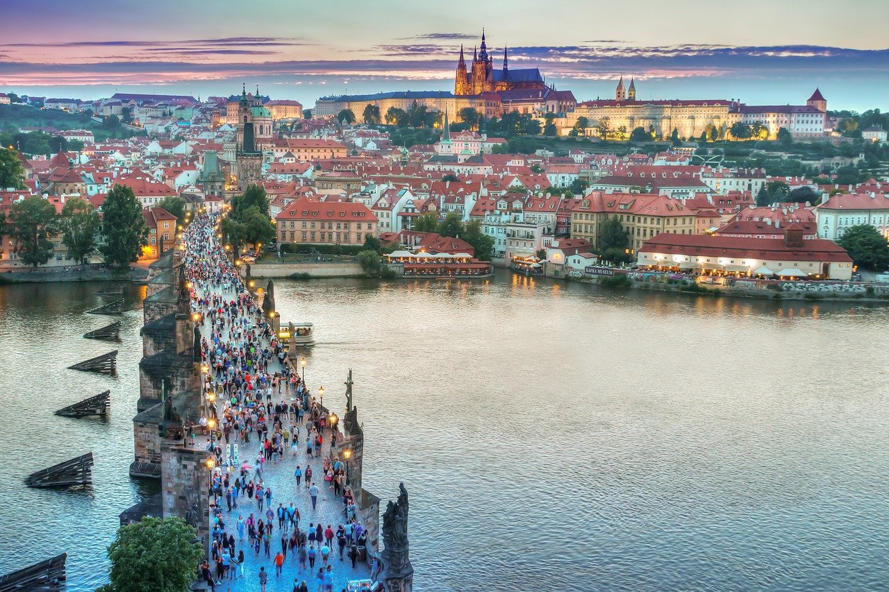prague-tourists-on-the-bridge